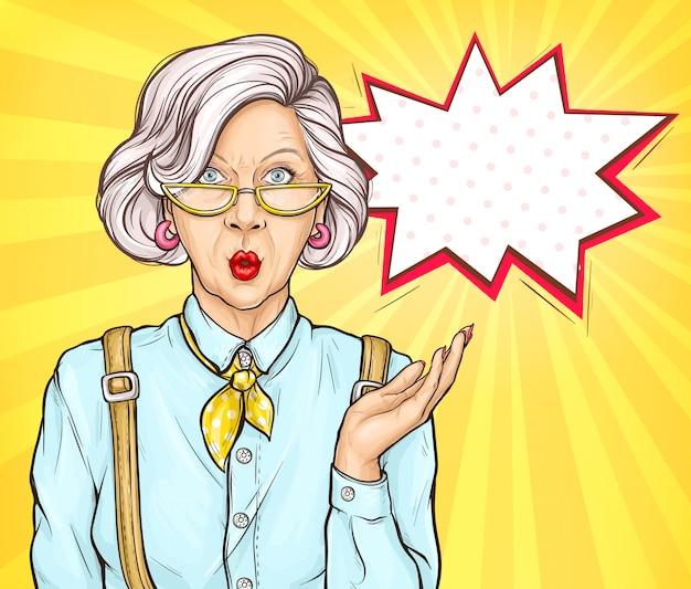 La vecchia donna di pop art ha sorpreso l'espressione del fronte di wow