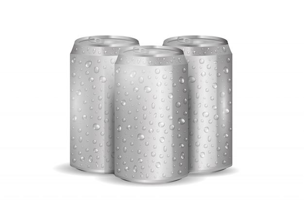 Lattina di soda in alluminio realistico con gocce d'acqua su sfondo bianco.