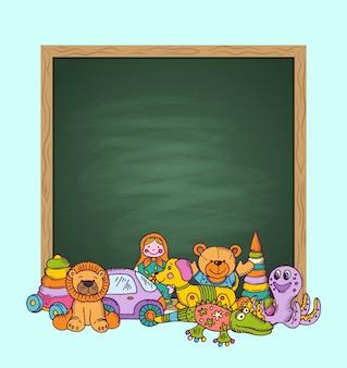 Lavagna verde con posto per testo e pila di giocattoli per bambini disegnati a mano e colorati. giocattoli per bambini e lavagna cartone animato