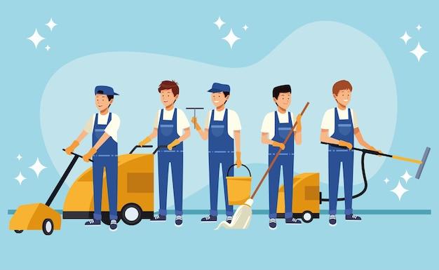 Lavoratori di squadra maschile di pulizie con strumenti di attrezzature