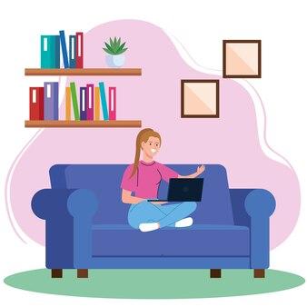 Lavoro a casa, giovane donna freelance con il computer portatile sul divano, lavorando da casa in un ritmo rilassato, sul posto di lavoro conveniente