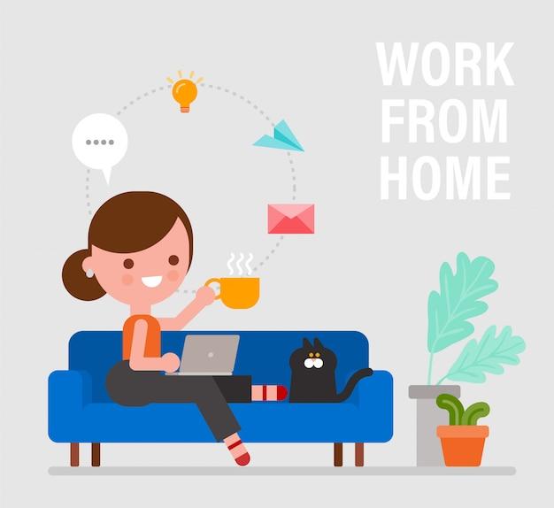 Lavoro da casa. giovane donna felice che si siede sul sofà e che lavora a distanza sul computer portatile. illustrazione di stile piano del fumetto di vettore