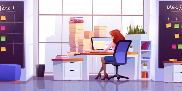 Lavoro della donna all'ufficio che si siede allo scrittorio con il computer