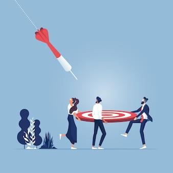 Lavoro di squadra aziendale impegnato per raggiungere gli obiettivi prefissati