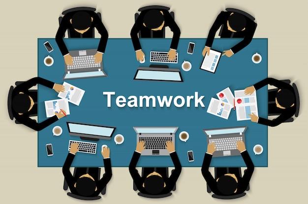 Lavoro di squadra di affari, aiuto dell'uomo d'affari per il brainstorming di idee moderne e per raggiungere il successo