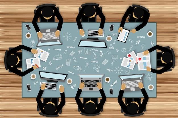 Lavoro di squadra, programmatore l'uomo d'affari aiuta a fare brainstorming su idee moderne e ad avere successo