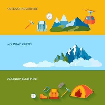 Le bandiere di campeggio delle montagne hanno messo con l'attrezzatura delle guide di avventura all'aperto