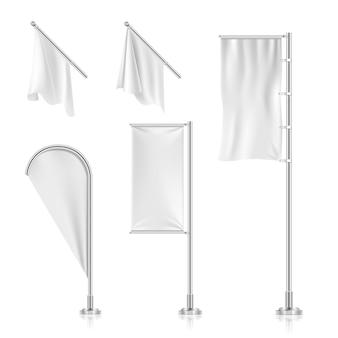 Le bandiere in bianco bianche, insegne, pubblicità della spiaggia lanciano le bandiere innaffiano la raccolta di vettore. telaio da canva