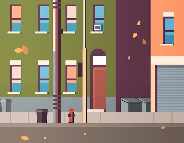 Le case della costruzione della città osservano le foglie di autunno che cadono il bene immobile piano