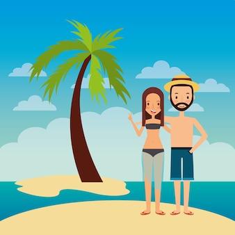 Le coppie abbracciano felice in palma tropicale della spiaggia dell'isola