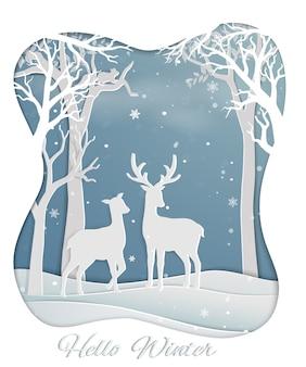 Le coppie dei cervi che si levano in piedi nella foresta con l'inverno nevicano