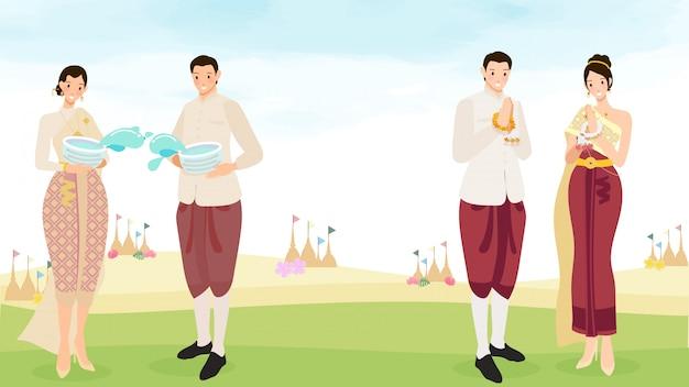 Le coppie tailandesi felici godono del festival dell'acqua di songkran con l'illustrazione dello spazio della copia