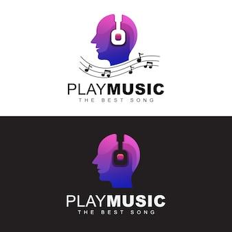 Le cuffie con le persone giocano il concetto di logo di musica. riproduzione del miglior logo musicale. modello di progettazione di logo della testa umana di musica uomo