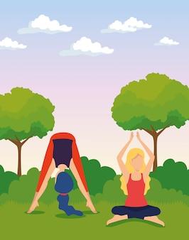 Le donne che fanno yoga si esercitano con alberi e cespugli