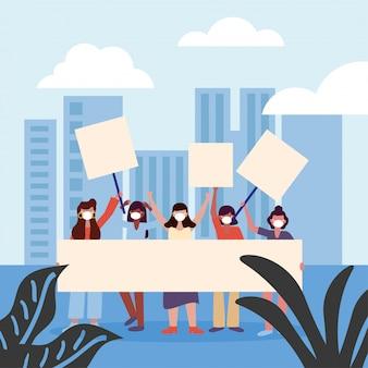 Le donne con maschere mediche e schede banner in città