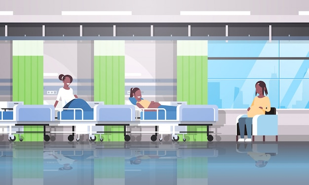 Le donne in gravidanza pazienti seduti a letto e in poltrona ragazze che parlano di comunicazione gravidanza e