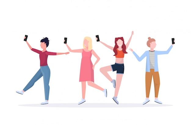 Le donne raggruppano la presa della foto del selfie sui personaggi dei cartoni animati femminili casuali della macchina fotografica dello smartphone che fotografano in orizzontale bianco integrale del fondo bianco di pose differenti