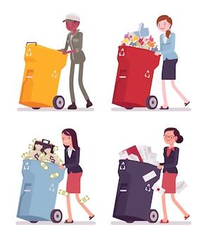Le donne spingono bidoni della spazzatura
