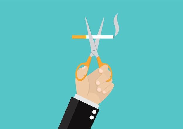 Le mani dell'uomo d'affari che tengono le forbici tagliano le sigarette.