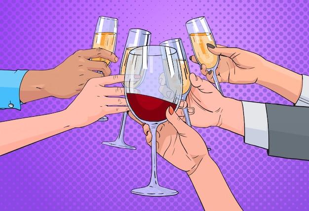 Le mani raggruppano il bicchiere tintinnante di champagne e di vino rosso che tostano la retro pin up background di pop art