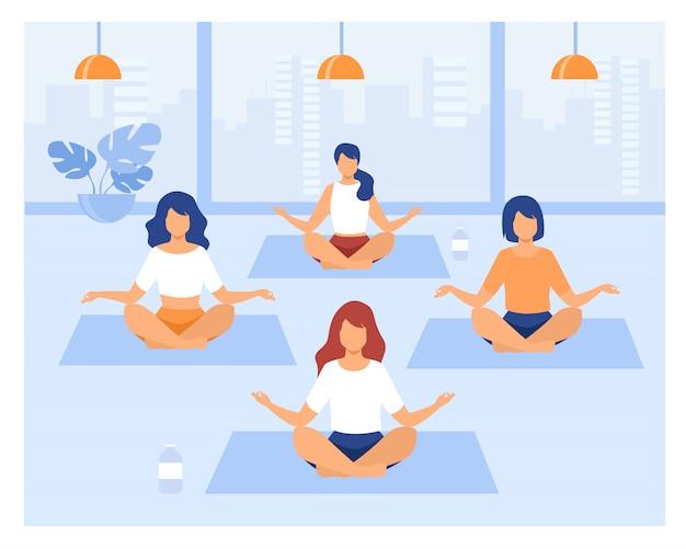 Le persone che praticano yoga