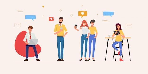 Le persone che utilizzano il telefono cellulare per la comunicazione sulla rete di social media.