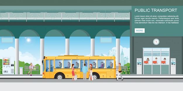 Le persone salgono sul bus al terminal degli autobus.