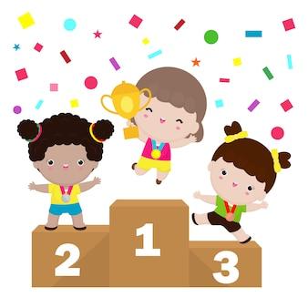 Le ragazze sveglie felici dei bambini vincono sul podio, i bambini con le medaglie per la vittoria stanno sul piedistallo di sport isolato su fondo bianco
