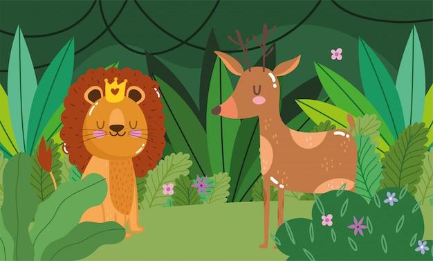 Leone sveglio con e cervi sulla foresta verde
