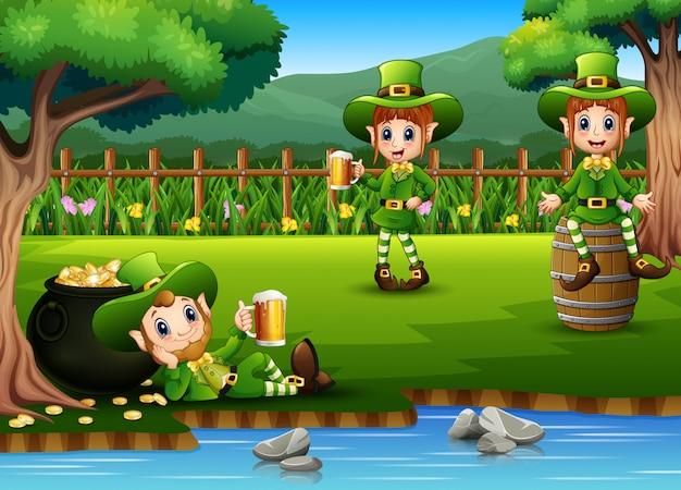 Leprechaun del giorno di san patrizio che tiene una birra