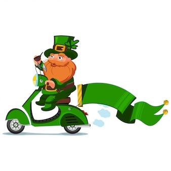 Leprechaun in cappello con quadrifoglio su uno scooter retrò con nastro, personaggio dei cartoni animati per il giorno di san patrizio isolato su uno sfondo bianco.