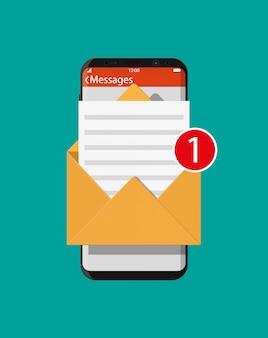 Lettera busta di carta in smartphone