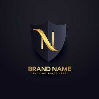 Lettera n logo in stile premium con scudo