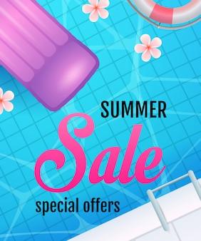 Lettere di saldi estivi con l'acqua della piscina e il materasso ad aria