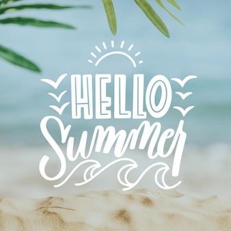 Lettering estivo con spiaggia e foglie