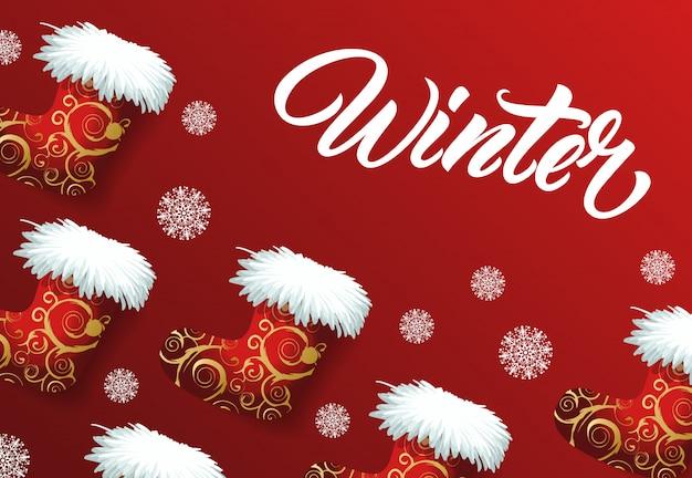 Lettering inverno sullo sfondo con stivali di feltro di babbo natale