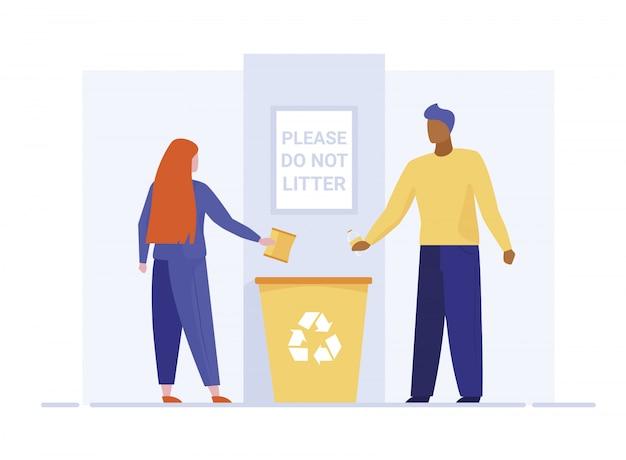 Lettiera di lancio della donna e dell'uomo in recipiente di riciclaggio