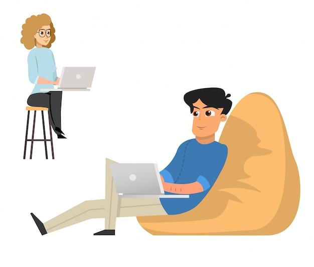 Liberi professionisti della donna e del giovane che lavorano con il computer portatile che si siede in poltrona
