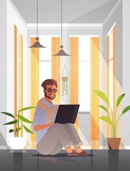 Libero professionista che utilizza l'uomo del computer portatile che lavora dal concetto di quarantena di pandemia di coronavirus di auto-isolamento della casa