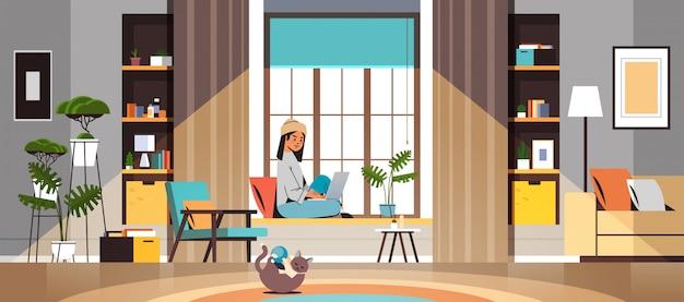 Libero professionista donna usando il portatile lavorando a casa durante la quarantena di auto-isolamento di quarantena coronavirus