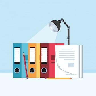 Libri di archivio con lampada sul posto di lavoro