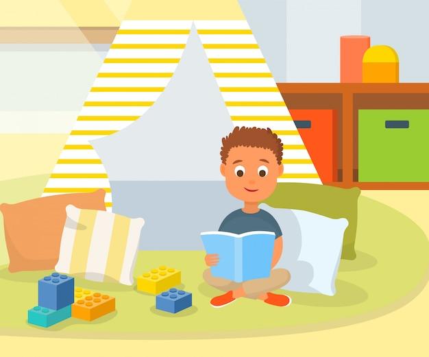 Libro di lettura del ragazzo del fumetto nella stanza del gioco a casa