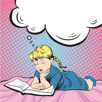 Libro di lettura della bambina su un letto. sognando qualcosa