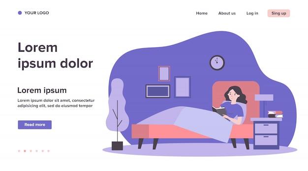 Libro di lettura felice della donna a letto