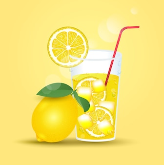 Limoni e un bicchiere di limone fresco