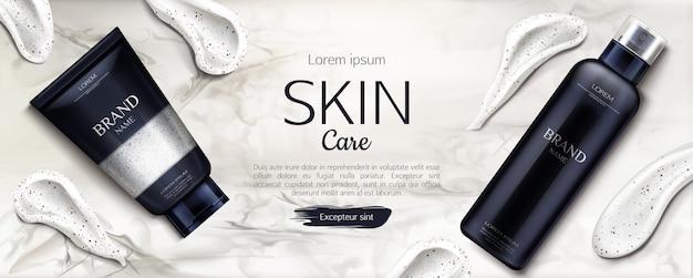 Linea di prodotti di bellezza con pennellate di crema su marmo