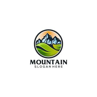 Lo slogan con il logo della montagna qui