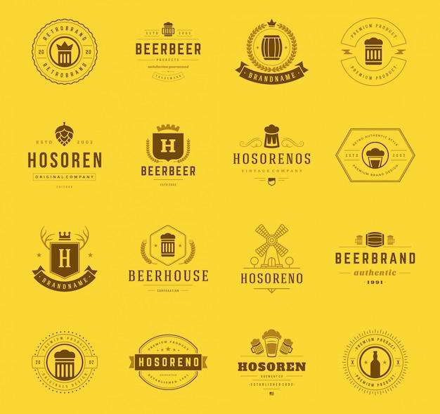 Loghi e distintivi di birra artigianale vintage con simboli di botti, coni di luppolo e tazze di vetro di birra