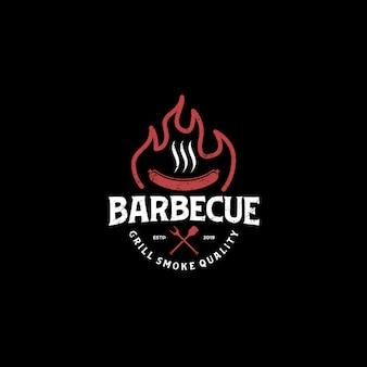 Logo della bevanda dell'alimento del ristorante della griglia del bbw del barbecue - elemento della spatola della salsiccia della carne del fuoco