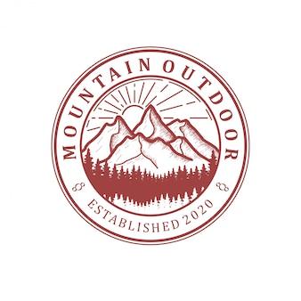Logo della natura della montagna all'aperto - avventura minimalista di design della foresta di pini della fauna selvatica di avventura.